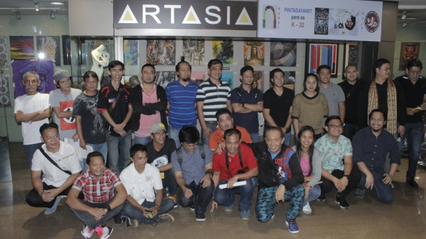 ART FOR A CAUSE | The artists who donated their artworks for the fund-raising exhibit that would help the children of the slain journalists pose with NUJP member Virgilio Cuizon, who initiated the cause. (Photo by John Lalu)
